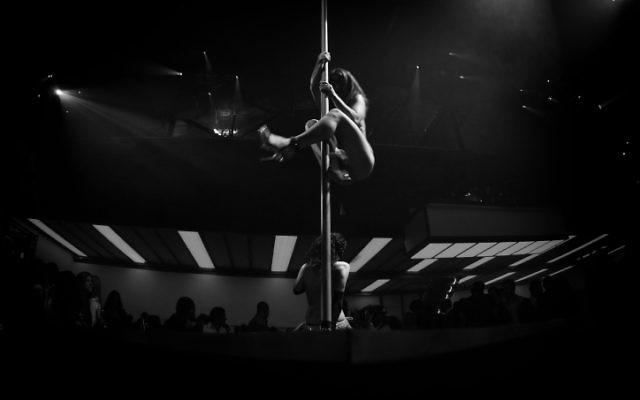 Illustration : Une danseuse dans un club de strip-tease à Tel Aviv (Crédit :  Boaz Oppenheim/Flash90)