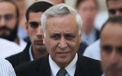 L'ancien président Moshe Katsav sort de la Cour suprême à Jérusalem, le 10 novembre 2011, après sa condamnation unanime pour viol. (Crédit : Kobi Gideon/Flash90)