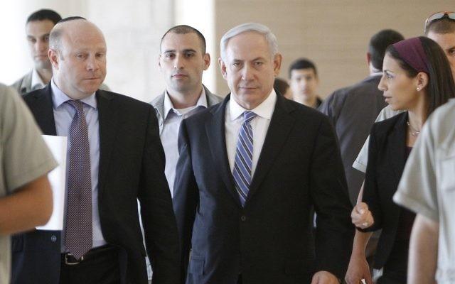 Gil Sheffer, à gauche, alors directeur de cabinet du Premier ministre Benjamin Netanyahu, à ses côtés, le 7 mai 2012. (Crédit : Miriam Alster/Flash90)