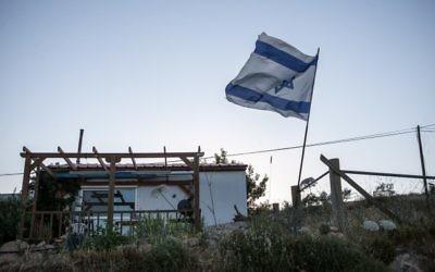 Mobile home dans l'avant-poste d'Amona, en Cisjordanie. (Crédit : Noam Moskowitz/Flash90)