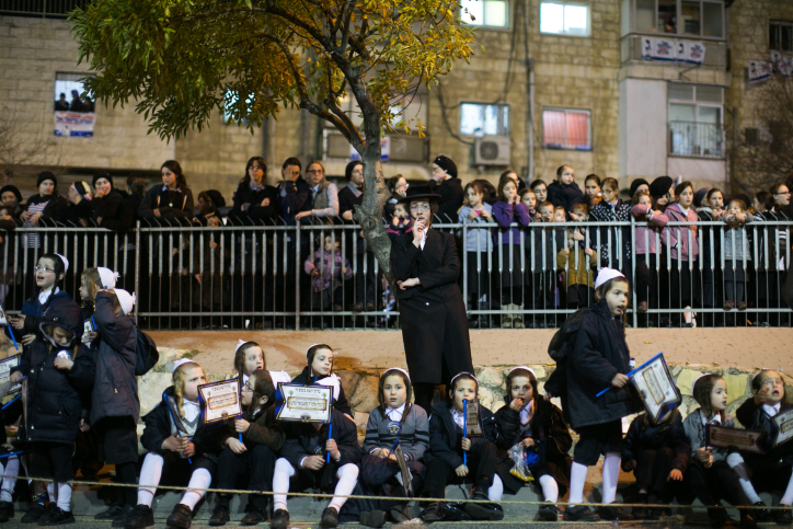 Des Juifs ultra-orthodoxes du groupe hassidique Satmar, dirigé par le rabbin Zalman Leib Teitelbaum, attendant son arrivée dans le quartier ultra-orthodoxe de Mea Shearim, à Jérusalem, le 20 janvier 2013 (Crédit : Yonatan Sindel / Flash90, File)