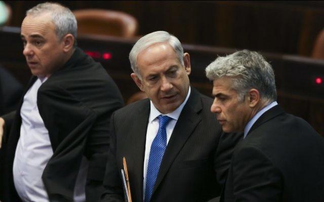 Le Premier ministre Benjamin Netanyahu, au centre, Yair Lapid, président du parti Yesh Atid, et Yuval Steinitz, ministre des Renseignements israéliens en arrière-plan, à la Knesset, le 8 juillet 2013. (Crédit : Yonatan Sindel/Flash90)