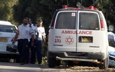 Des secouristes qui ont essayé de sauver un bébé oublié dans une voiture à Shiloh, en juillet 2013. Illustration. (Crédit : Flash90)