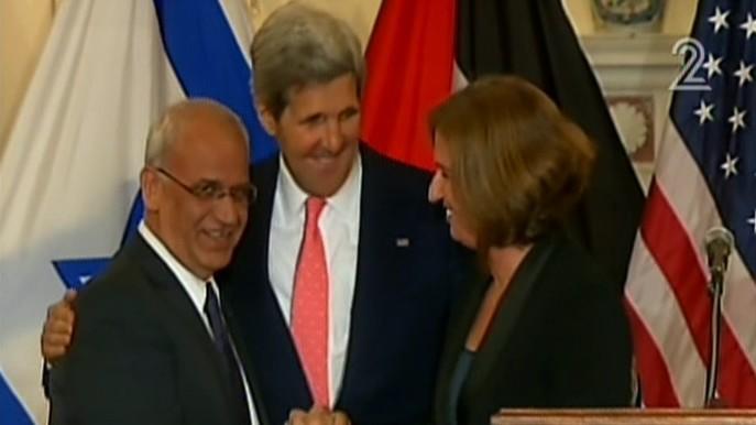 Saeb Erekat, à gauche, John Kerry, au centre et Tzipi Livni lors d'une conférence de presse à Wahington, en juillet 2013. (Capture d'écran : Deuxième chaîne )