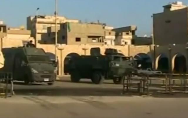 Des véhicules égyptiens militaires qui se suivent dans le nord du Sinai. (Crédit : screen capture/YouTube)
