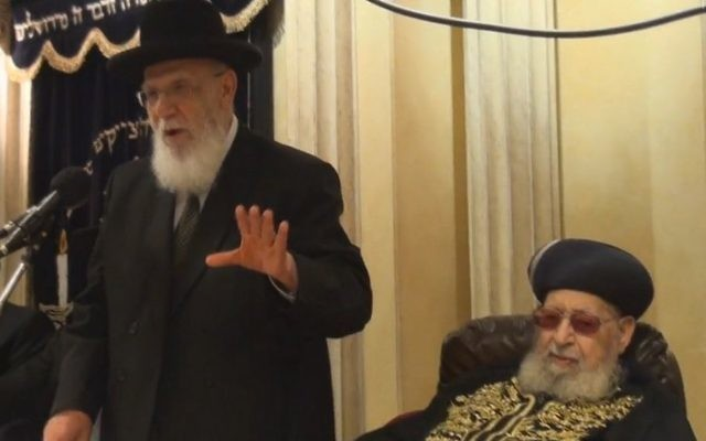Rabbi Ovadia Yosef (droite) et Rabbi Shalom Cohen en 2013 (Crédit : Kikar Hashabat)