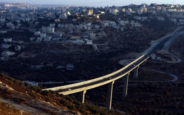 Une vue de l'implantation israélienne de Har Gilo avec, en arrière-plan, le village de Beit Jala, en Cisjordanie. (Crédit :   Abir Sultan/Flash 90)