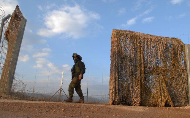 Un morceau de la clôture de sécurité à la frontière entre Israël et le Liban, à Metoula. Illustration. (Crédit : Hamad Almakt/Flash90)