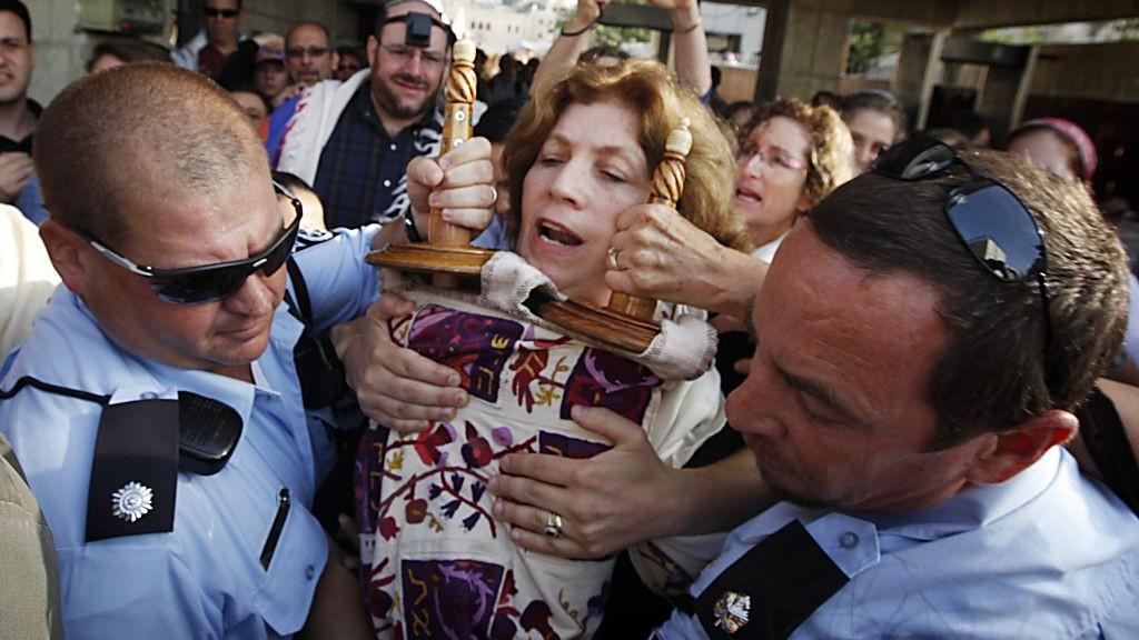 Des policiers escortent Anat Hoffman qui tient un rouleau de la Torah au mur Occidental, le 12 juillet 2010 (Crédit photo: Miriam Alster/Flash90)
