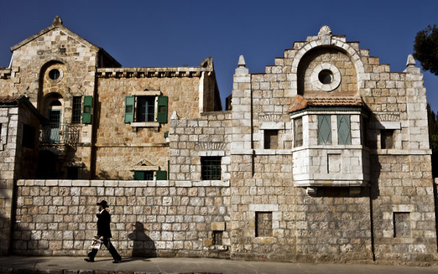 Immeuble dans la rue Hanevi'im (Crédit : Abir Sultan/Flash90)
