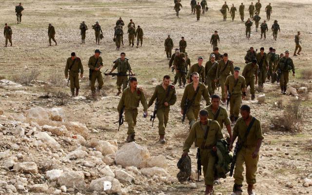Photo d'illustration de soldats de l'armée israélienne s'entraînant sur une base militaire (Crédit : Edi Israel/Flash90)