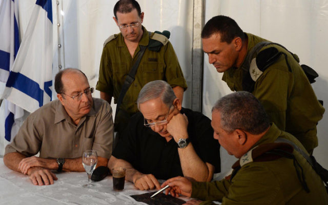 Le Premier ministre Benjamin Netanyahu, informé de mises à jour par le maj. gén. Gadi Eizenkot, à droite (Crédit : Kobi Gideon/ GPO/ Flash 90)
