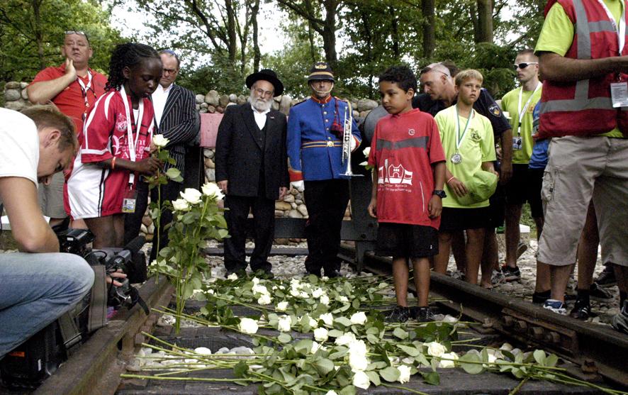Le porte-parole de Cheider, le rabbin Binyomin Jacobs, avec des étudiants néerlandais non-juifs sur le site du camp de concentration de Westerbork en juillet 2013 (Autorisation du bureau du rabbin Binyomin Jacobs/JTA)