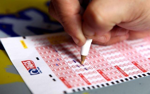 Un billet du loterie du Mifal Hapayis, la loterie nationale. (Crédit : Flash90/Abir Sultan)