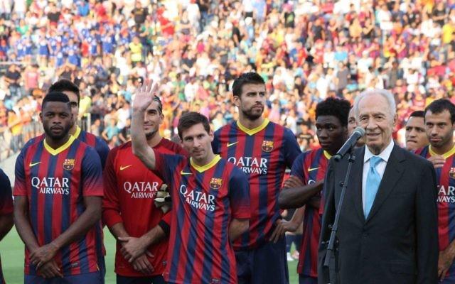 Lionel Messi salue la foule parès avoir été mentionné par Shimon Peres (Crédit : Yehuda Kirschenbaum)