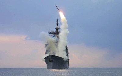 Un missile  Tomahawk tiré par un destroyer américain. Illustration. (Crédit : Wikimedia Commons)
