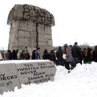 """Le camp d'extermination de Treblinka avec l'expression """"Plus jamais ça"""" en différentes langues (Crédit : Yossi Zeliger/Flash90)"""