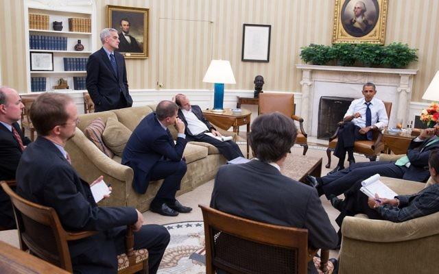 Le président Barack Obama dans le bureau oval avec ses conseillers pour discuter d'une nouvelle stratégie pour la situation en Syrie. (Crédit: Pete Souza/Official White House Photo)