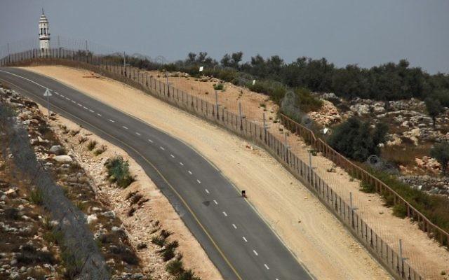 Les forces de sécurité israéliennes près de la barrière de sécurité près de Modiin Ilit, en 2009 (Crédit : Nati Shohat/Flash90)