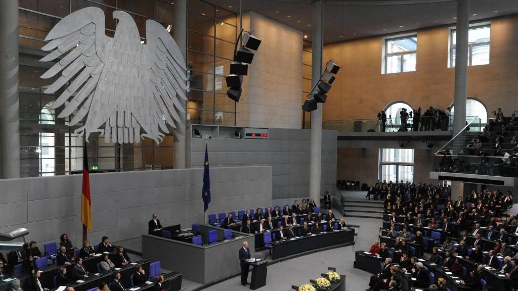 Shimon Peres au parlement allemand à Berlin, le 27 janvier 2010 (Crédit: Amos Ben Gershom/GPO/Flash90)