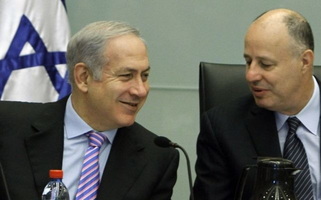Le Premier ministre Benjamin Netanyahu et Tzahi Hanegbi, député du Likud, pendant une réunion à la Knesset en 2010. (Crédit : Miriam Alster/Flash90)