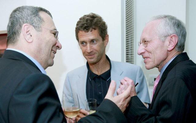 L'homme d'affaires franco-israélien Beny Steinmetz (centre) et Ehud Barak (gauche) et Stanley Fischer (droite) (Crédit : Moshe Shai/Flash 90)