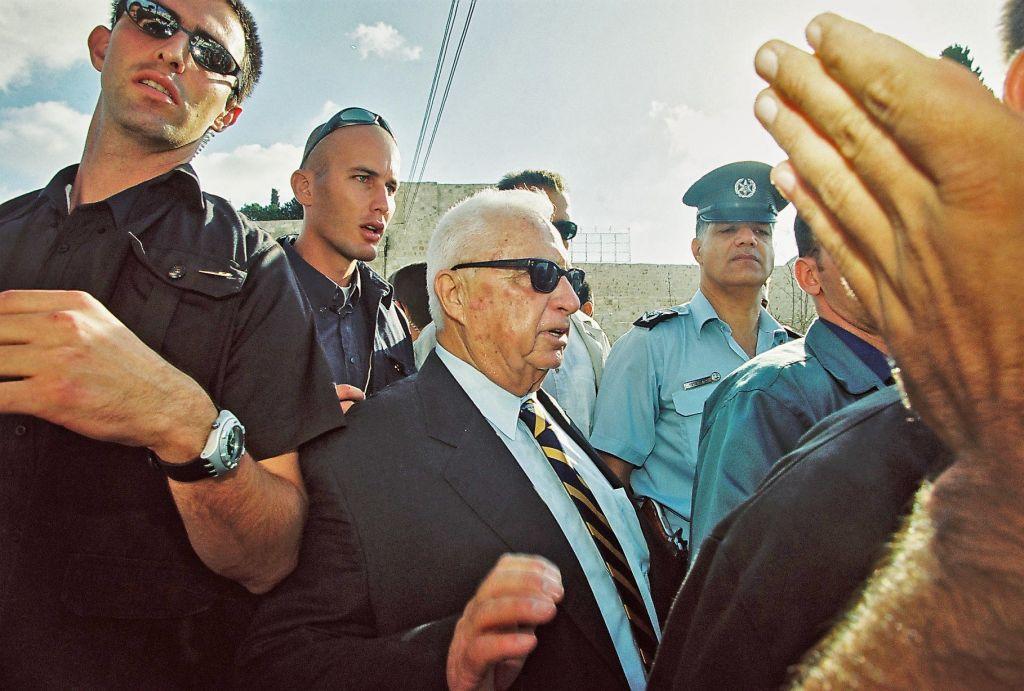 Ariel Sharon visite le mont du Temple, le 28 septembre 28, 2000 (Crédit : Flash90)