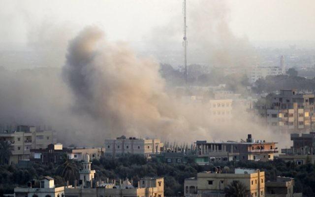 Des colonnes du fumée après l'explosion d'un tunnel de contrebande creusé en dessous de la frontière israélo-égyptienne au sud de la bande de Gaza, le 31 août 2013. (Crédit : Abed Rahim Khatib/Flash90)