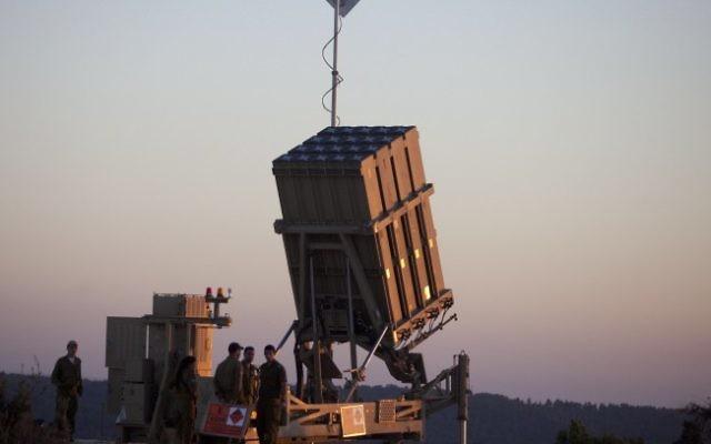Des soldats israéliens autour du système de protection anti-missile Iron Dome (Crédit : Flash90)