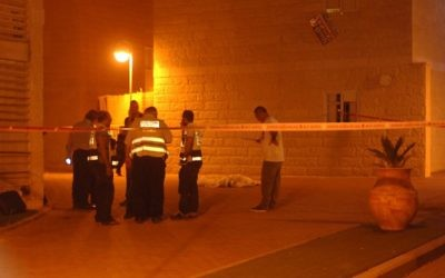 Photo illustrative de la police de Beer Sheva sur une scène de crime nocturne (Crédit photo: Dudu Greenspan / Flash90)