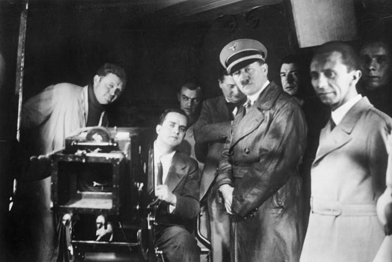 Joseph Goebbels (à droite), et Adolf Hitler à un tournage. (Crédit : domaine public)
