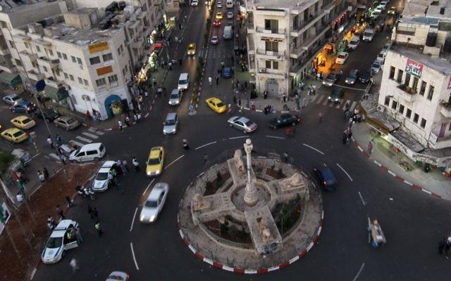 La place Manara de Ramallah, en Cisjordanie. (Crédit : Nati Shohat/Flash90)