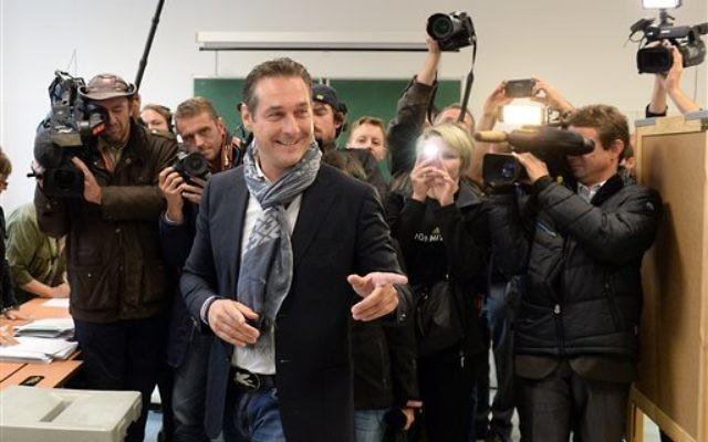Le candidat du Parti de la Liberté (FPÖ), Heinz-Christian Strache, lors des élections nationales dans un bureau de vote de Vienne, en Autriche, le 29 septembre 2013. (Crédit : AFP)