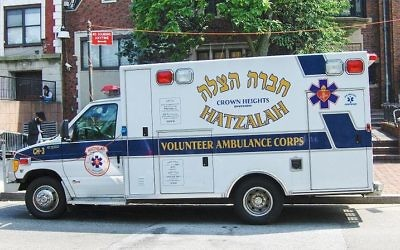 Une ambulance à Hatzalah dans le quartier de Crown Heights, Brooklyn, New York (Crédit : Tariqabjotu/Wikimedia Commons)