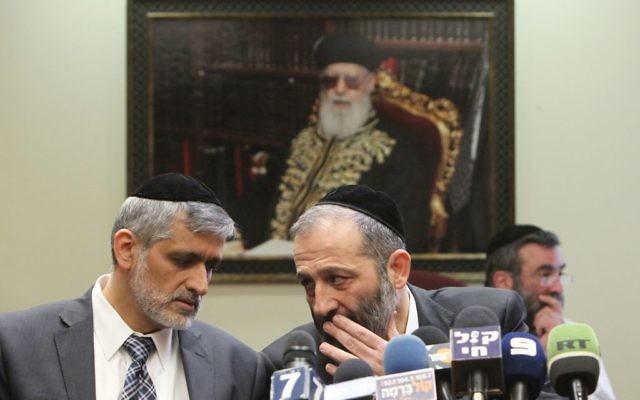Eli Yishai (gauche) et Aryeh Deri pendant une réunion du  Shas, le 18 février 2013. (Crédit : Miriam Alster/Flash90)
