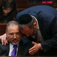 Aryeh Deri (à droite) et Avigdor Liberman pendant une session plénière de la Knesset, le 29 juillet 2013. (Crédit : Miriam Alster/Flash90)