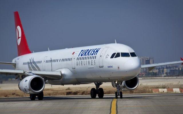 Un vol Turkish Airlines sur la piste de l'aéroport international Ben-Gurion, le 3 août 2013. (Crédit : Moshe Shai/Flash90)
