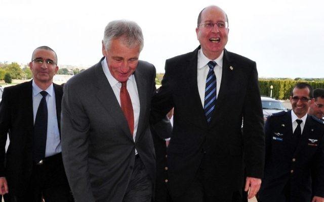 Chuck Hagel, ministre de la Défense américain avec son homologue Moshe Yaalon - 8 octobre 2013 (Crédit : Ariel Hermoni/Ministère de la Défense/Flash 90)
