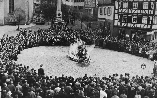 Des enfants scolarisés et autres amenés pour regarder brûler le mobilier des synagogues lors de la nuit de Cristal à  Mosbach, en Allemagne (Crédit : Autorisation)