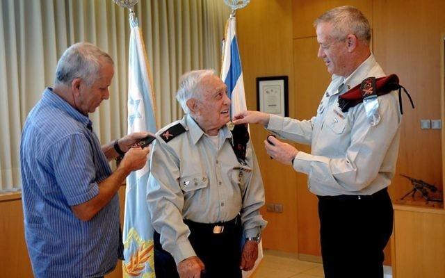 Benny Gantz, alors chef d'état-major, à droite, épingle le grade de général de division sur l'épaule gauche de Pundak, en 2013. (Crédit : porte-parole de l'armée israélienne)