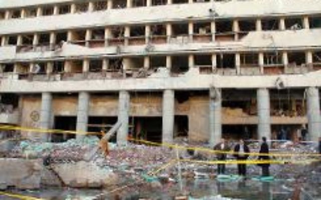 Le quartier général de la police touché par un attentat à la voiture piégée, le 24 janvier 2014 au Caire (Crédit : AFP/Khaled Kamel)