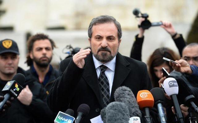 Le porte-parole de la Coalition de l'opposition syrienne, Louay Safi, lors d'une déclaration à la presse, le 30 janvier 2014 à Genève  (Crédit: AFP/Philippe Desmazes)