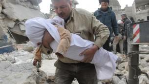 Le corps d'une victime extrait des décombres après un raid des forces gouvernementales le 29 janvier 2014 à Alep (Crédit: AMC/AFP Zein al-Rifai)
