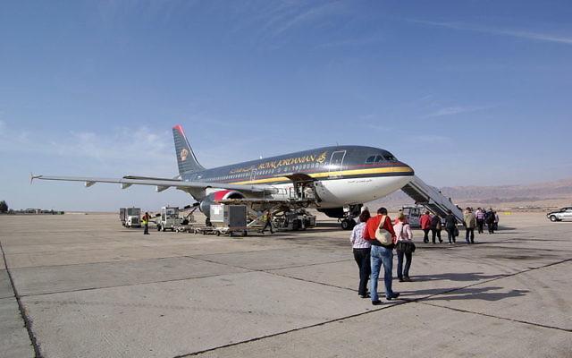 Un avion de la compagnie aérienne jordanienne, Royal Jordanian, à l'aéroport d'Aqaba en Jordanie, à 10km d'Eilat. (Crédit : Berthold Werner/Wikimedia Commons/CC BY 3.0)