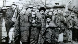 Des prisonniers à la libération du camp Auschwitz-Birkenau en janvier 1945. (Crédit : Gouvernement russe/domaine publique)