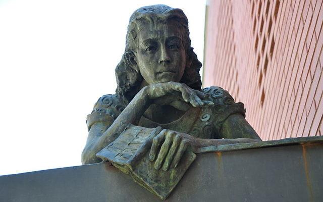 Une statue commémorative d'Anne Frank, Barcelone (Crédit : Wikimedia Commons/CC BY Vcarceler)