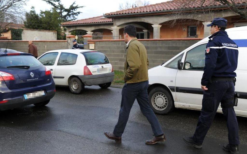 Des gendarmes le 28 janvier 2014 à Pinsaguel près de Toulouse devant le domicile familial de l'un des deux adolescents partis en Syrie  (Crédit: AFP/Eric Cabanis)