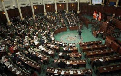 Mehdi Jomaa (D) presente son nouveau gouvernment lors d'une session parlementaire le 28 janvier à Tunis (Crédit : Fethi Belaid/AFP)