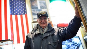 Alfredo Rinaldi, 86 ans, natif d'Anzio, avait 16 ans lors du débarquement allié sur la plage d'Anzio. Il a été recruté comme interprète par les troupes américaines. (Crédit : AFP/Andreas Solaro)