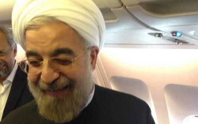Le président Hassan Rouhani à bord de son avion à New York, retournant à Téhéran (Crédit : @HassanRouhani via Twitter)